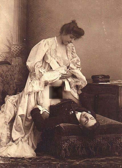 Черно-белая эротика (80 фото). Блондинка загорает голышем